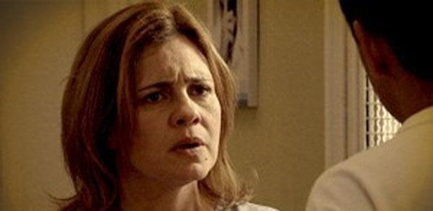 """Em """"Avenida Brasil"""", Carminha se rende e tenta falar com Max (14/8/12)"""