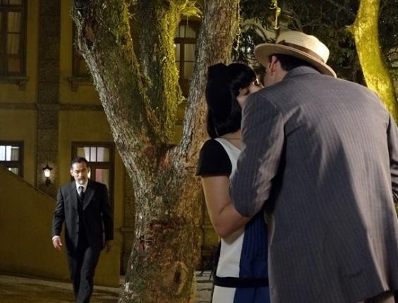 """Em """"Gabriela"""", Melk flagra Malvina e Rômulo aos beijos e chama o rapaz para uma conversa (14/8/12)"""