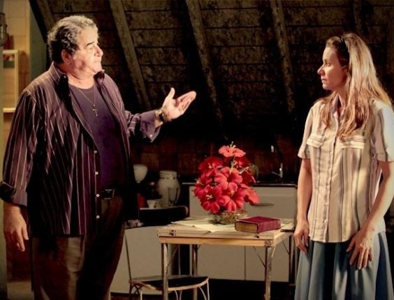 """Em """"Avenida Brasil"""", Dolores aceita morar com Diógenes, mas sem """"contatos carnais"""" (15/8/12)"""