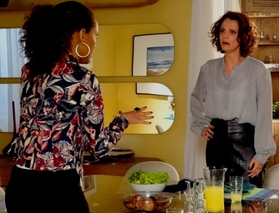 """Em """"Cheias de Charme"""", Lygia descobre que Penha se demitiu porque Alejandro deu em cima dela (15/8/12)"""