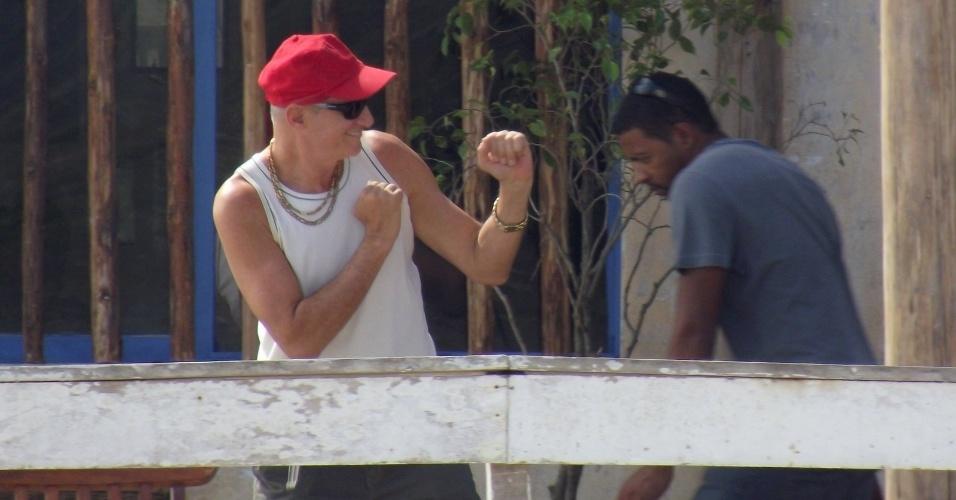 """Marcos Caruso gravou cenas de """"Avenida Brasil"""" em Cabo Frio, região dos Lagos do Rio (15/8/12). Na trama, Tessália (Débora Nascimento) e Adauto (Juliano Cazarré) vão atrás de Leleco (Caruso) e Muricy (Eliane Giardini)"""