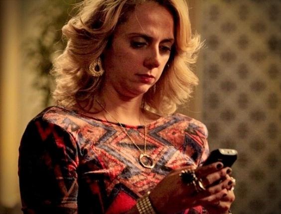 """Em """"Avenida Brasil"""", Ivana vê fotos de Nina no celular de Tufão e pergunta se o irmão está apaixonado pela cozinheira (16/8/12)"""