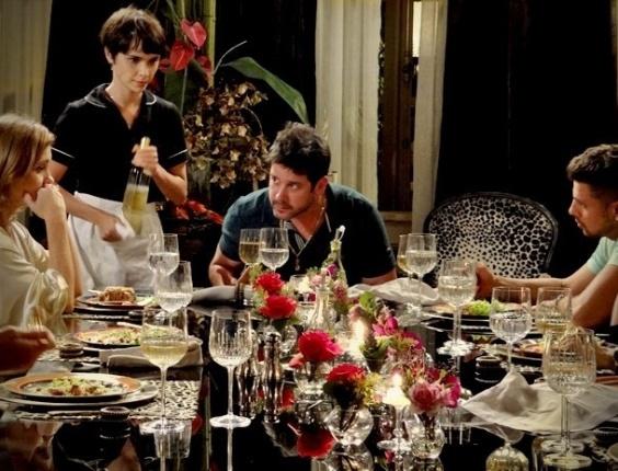 """Em """"Avenida Brasil"""", Jorginho defende Carminha e surpreende Tufão e a família (17/8/12)"""