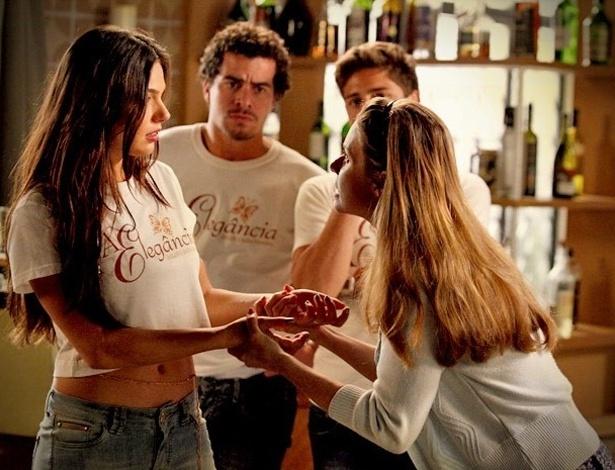 """Em """"Avenida Brasil"""", Roni e Dolores tentam impedir Suelen de posar nua (18/8/2012)"""