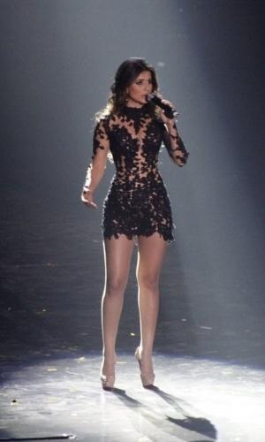 """A cantora Paula Fernandes retornou ao palco para cantar """"Long Live"""" e, ao mesmo tempo, imagens da intérprete original da canção, Taylor Swift, apareceram no telão"""