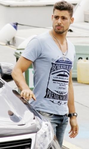 """Cauã Reymond gravou cenas de """"Avenida Brasil"""" nesta segunda na Marina da Glória, zona sul do Rio (20/8/12)"""