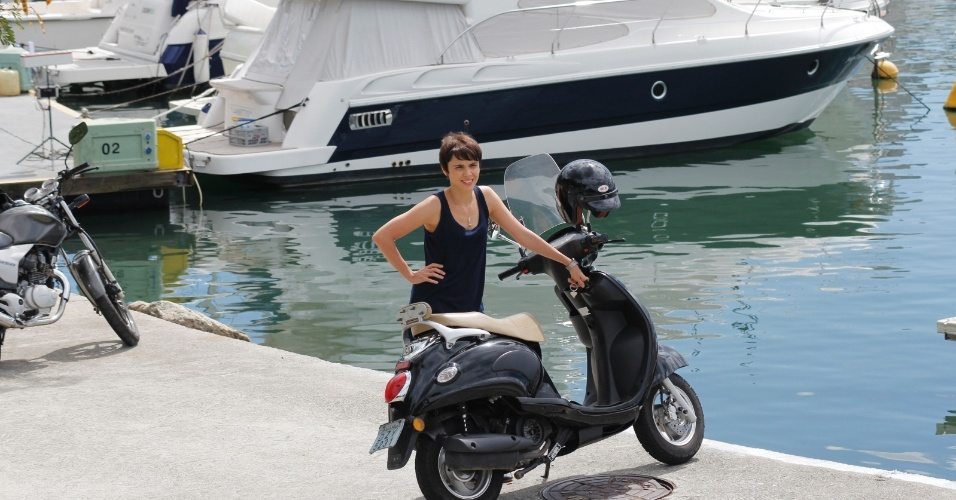 """Débora Falabella gravou cenas de """"Avenida Brasil"""" nesta segunda na Marina da Glória, zona sul do Rio (20/8/12)"""