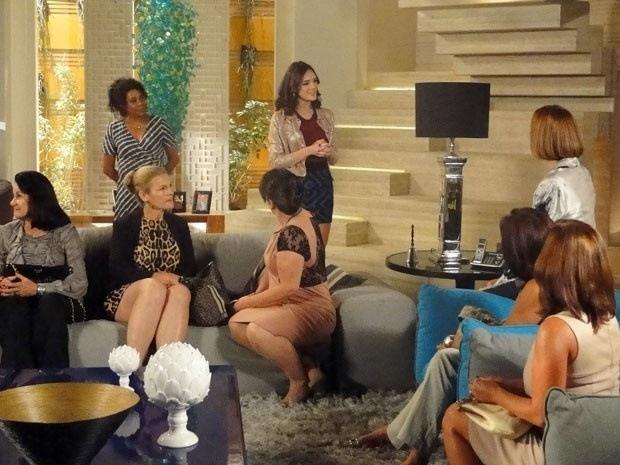 """Em """"Cheias de Charme"""", Cida convoca reunião com a Liga das Patroetes e humilha Sônia e Isadora (20/8/12)"""