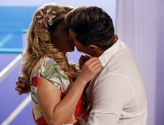 """Em """"Cheias de Charme"""", disfarçado de Fabian, Inácio beija Rosário (20/8/12)"""