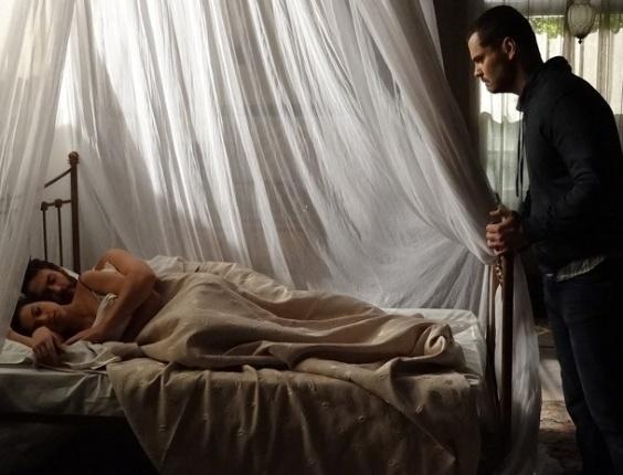 """Em """"Amor Eterno Amor"""", Fernando flagra Rodrigo e Miriam na cama e parte para cima do primo"""