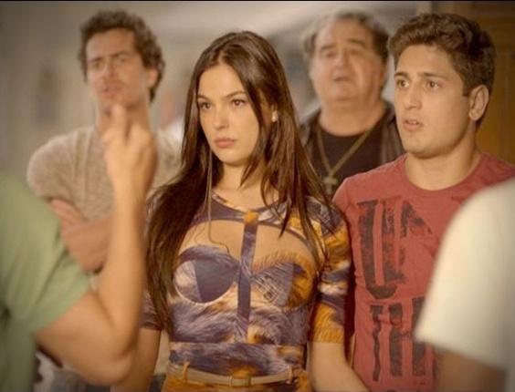 """Em """"Avenida Brasil"""", homens do Divino acompanham Suelen em seu ensaio sensual (21/8/12)"""