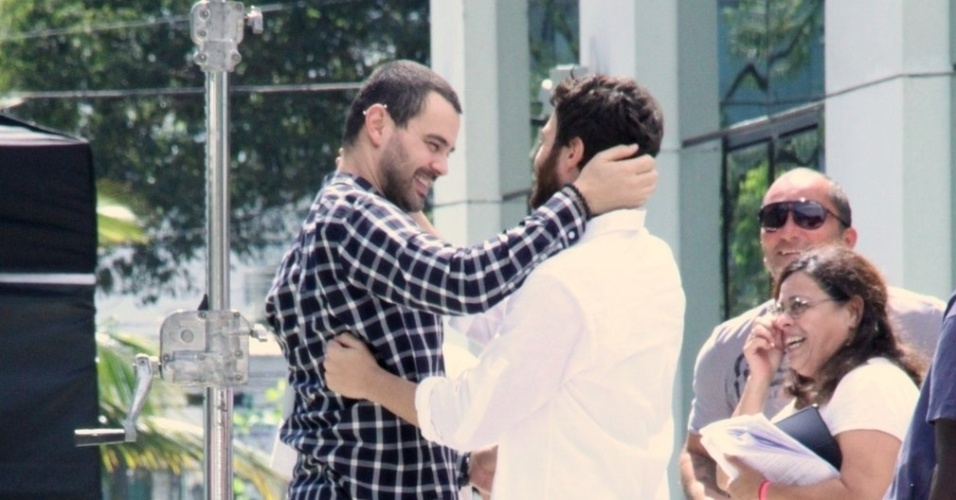 """Carmo Dalla Vechia e Gabriel Braga Nunes se abraçam em gravações de cenas da novela """"Amor Eterno Amor"""", em um prédio na Barra da Tijuca, na Zona Oeste do Rio (22/8/12)"""