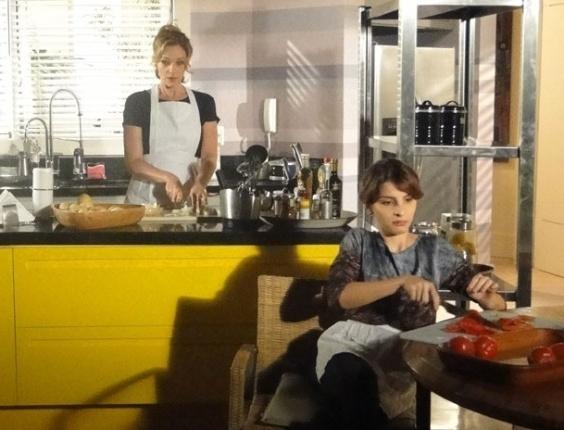 """Em """"Cheias de Charme"""", Isadora e Sônia ajudam Valda a cozinhar"""