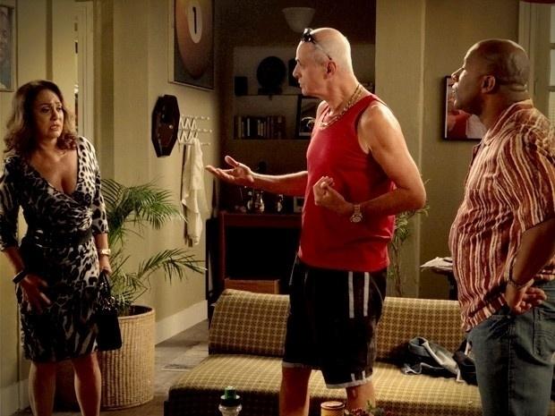"""Em """"Avenida Brasil"""", Leleco e Muricy se escondem na casa de Silas (23/8/12)"""