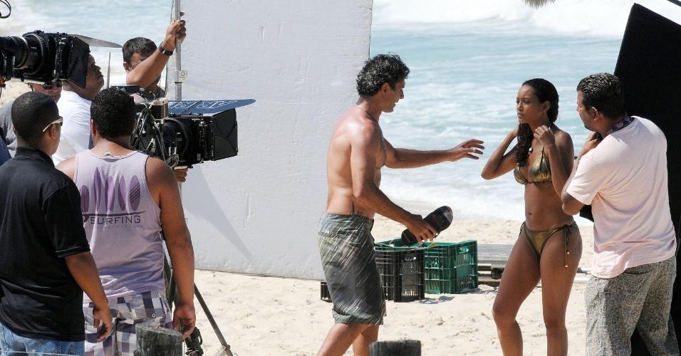"""Tais Araújo e Marcos Pasquim gravam cenas de """"Cheias de Charme"""" na praia do Recreio, no Rio (23/8/12)"""