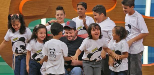 """Danilo Gentili fala com crianças da Casa Hope após gravação de """"Conversa e Gente Grande"""", da Band (2012)"""