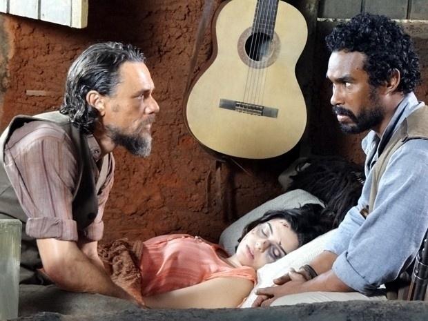 """Em """"Gabriela"""", Lindinalva sobrevive a ataque de Berto e fica escondida em casebre (24/8/12)"""