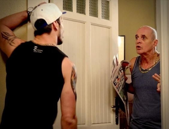 """Em """"Avenida Brasil"""", Darkson pega Leleco escondido em sua casa e fica indignado (25/8/12)"""