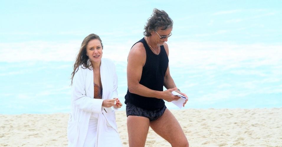 """Carol Abras e Marcello Novaes gravam cena de """"Avenida Brasil"""" na praia (27/8/12)"""
