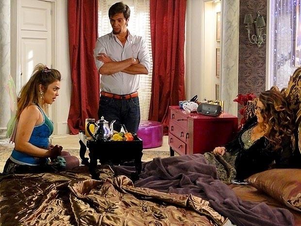 """Em """"Cheias de Charme"""", Chayenne não quer formar dupla com Socorro e enrola a doméstica (27/8/12)"""