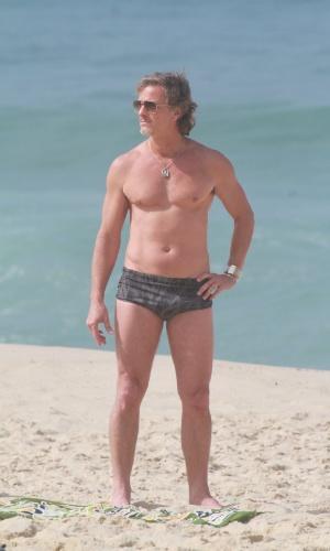 """Marcello Novaes grava cenas de """"Avenida Brasil"""" na praia (27/8/12)"""