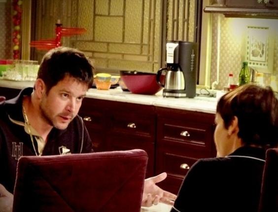 """Em """"Avenida Brasil"""", Tufão se descontrola ao saber que Nina está noiva e pode deixar a mansão"""
