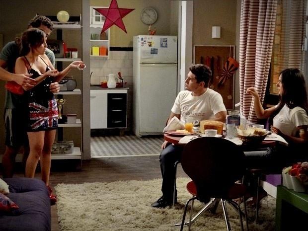 """Em """"Avenida Brasil"""", Roni e Suelen não gostam de ver Leandro com Beverly (29/8/12)"""