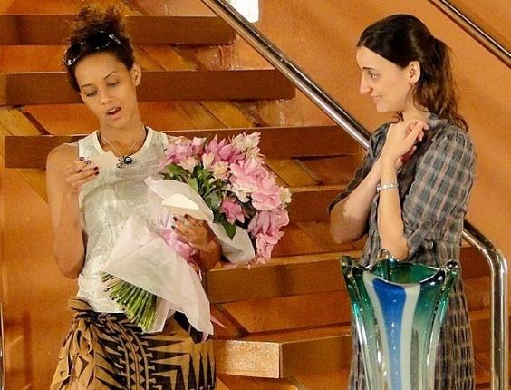 """Em """"Cheias de Charme"""", Otto envia flores para Penha e cobra decisão de romance da ex-empreguete"""