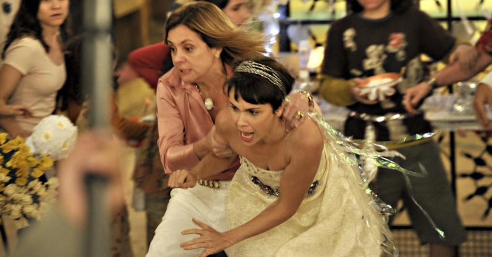 """Em """"Avenida Brasil"""", Carminha e Nina se atracam no lixão (30/8/12)"""