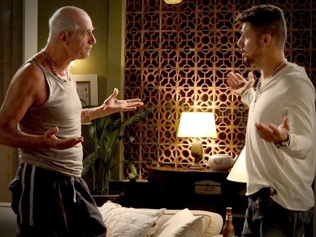 """Em """"Avenida Brasil"""", Jorginho conta para Leleco que é apaixonado por Nina e o avó exige que ele desista da cozinheira (30/8/12)"""