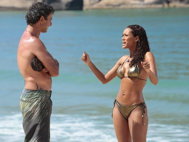 """Em """"Cheias de Charme"""", Gilson e Penha trocam ofensas na praia (30/8/12)"""