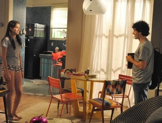 """Em """"Malhação"""", Dinho faz visita surpresa a Ju, que aparece de calcinha na sala"""