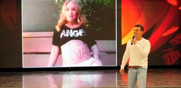"""Angélica homenageia o marido, Luciano Huck, durante quadro especial no programa """"Caldeirão do Huck"""", que comemora os 41 anos do apresentador (1/9/12)"""