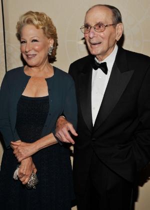 Hal David posa para fotos Bete Midler na 43ª edição do Songwriters Hall of Fame, em Nova York (14/6/12) - Gary Gershoff/Getty Images