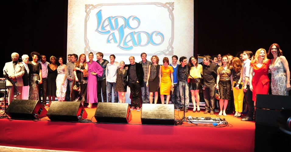 """Elenco da nova trama das seis da TV GLobo """"Lado a Lado"""" se reúne para tirar foto em palco da festa (1/9/12)"""