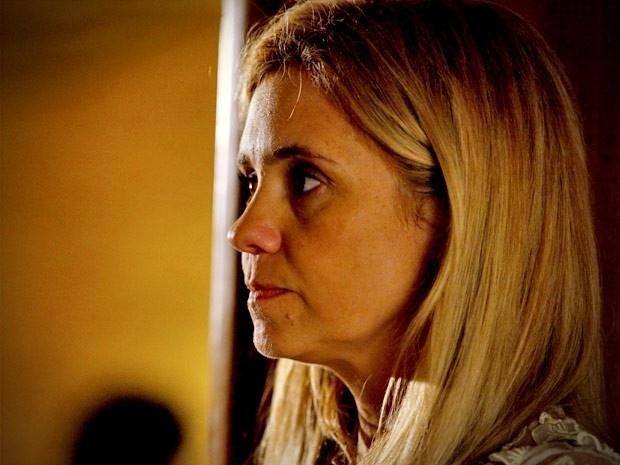 """Em """"Avenida Brasil"""", Carminha flagra Tufão dando um presente para Nina (4/9/12)"""