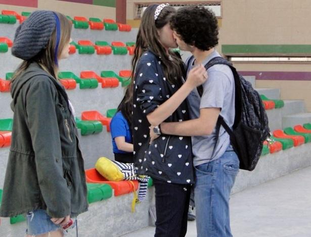 """Em """"Malhação"""", Dinho surpreende, assume o namoro e beija Ju na frente da galera"""