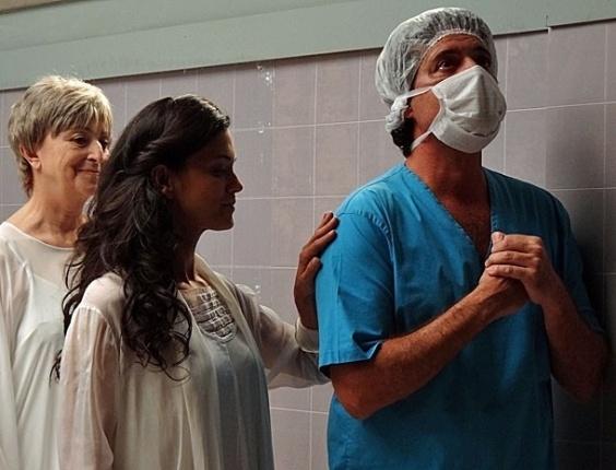 """Em """"Amor Eterno Amor"""", durante operação, espírito de Clara se desprende e encontra a mãe"""