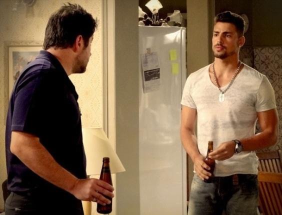 """Em """"Avenida Brasil"""", Jorginho dá força para Tufão se declarar para Nina e brinda nova fase do pai"""