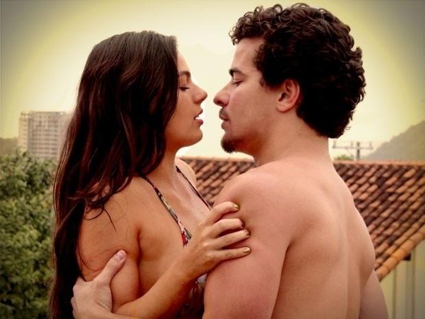"""Em """"Avenida Brasil"""", Suelen e Leandro se pegam na laje durante banho de mangueira (6/9/12)"""