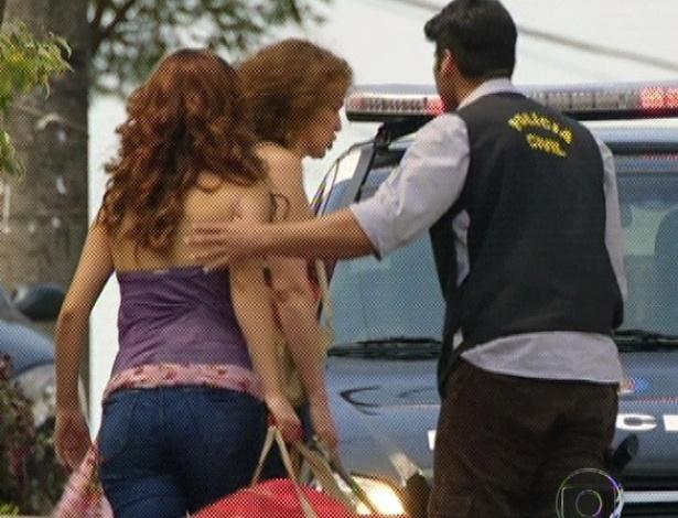 """Em """"Amor Eterno Amor"""", Amparo e Solange são pegas pela polícia porque a prostituta fingiu ser uma pessoa morta (7/9/12)"""