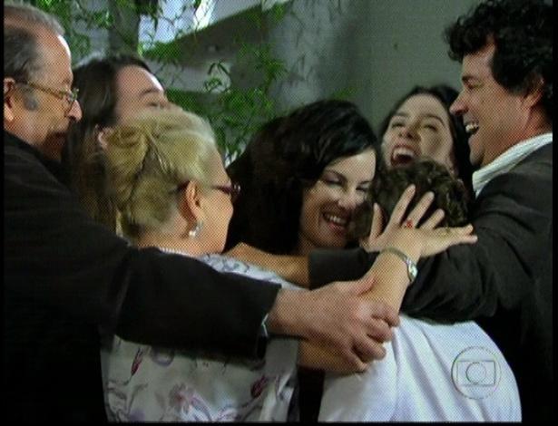 """Em """"Amor Eterno Amor"""", Beatriz diz que está grávida e Clara fala avisa que a madrasta terá gêmeos. A família comemora (7/9/12)"""