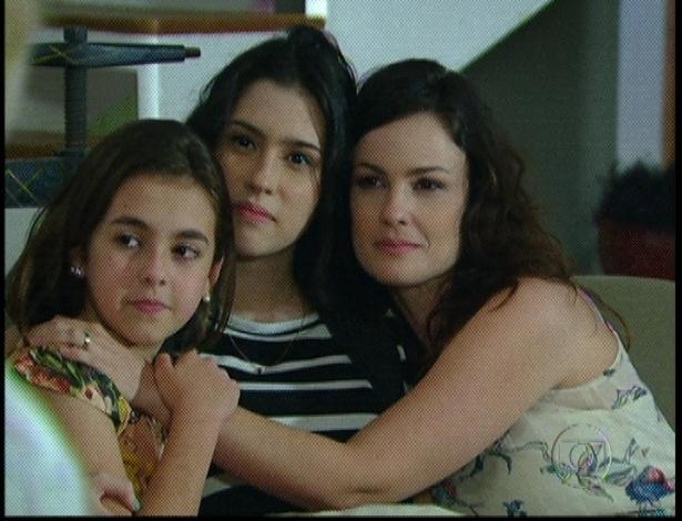 """Em """"Amor Eterno Amor"""", Clara, Gabi e Beatriz se abraçam e ouvem com atenção a vó cantando (7/9/12)"""