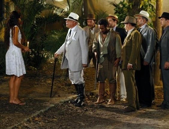 """Em """"Gabriela"""", Gabriela entrega Negro Fagundes a Ramiro e ganha a amizade do coronel"""