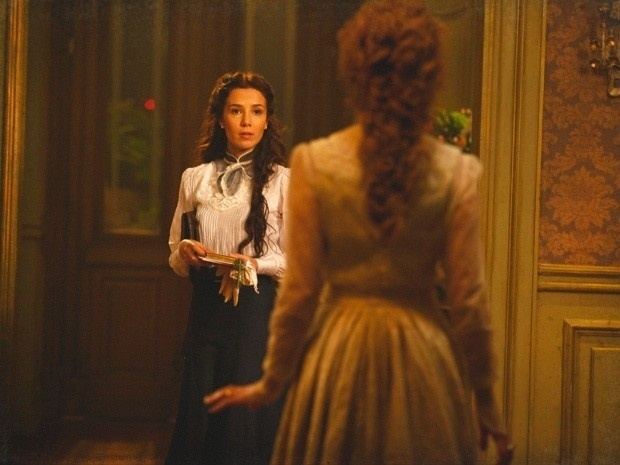 """Em """"Lado a Lado"""", Constância flagra Laura encenando uma peça e fica possessa (10/9/12"""