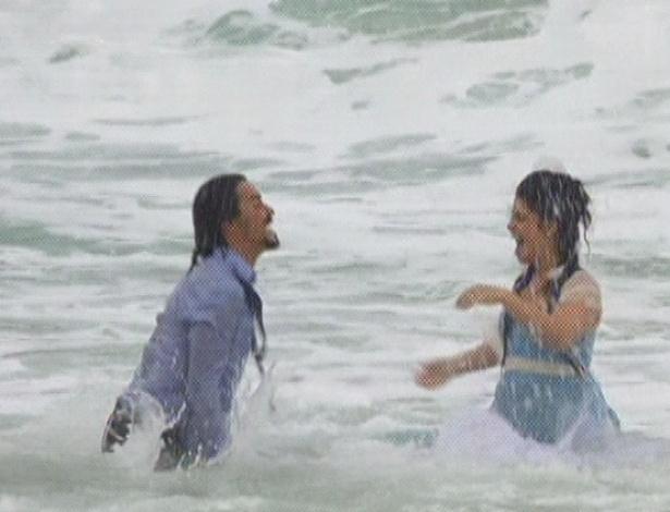 """Em """"Amor Eterno Amor"""", felizes, Gracinha e Pedro se jogam ao mar e festejam a união (7/9/12)"""