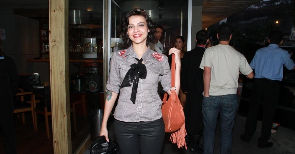 """Letícia Persiles chega para assistir ao último capítulo de """"Amor Eterno Amor"""" em uma churrascaria na zona sul do Rio (7/9/2012)"""