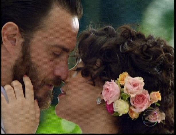 """No último capítulo de """"Amor Eterno Amor"""", Miriam e Rodrigo se beijam durante cerimônia (7/9/12)"""