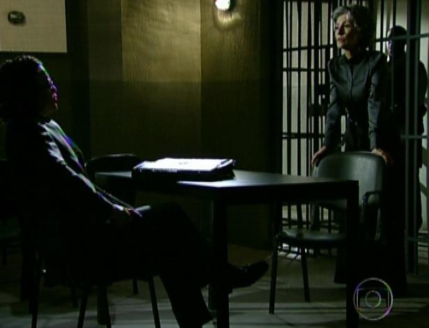 """Em """"Amor Eterno Amor"""", na delegacia, Melissa pede para o advogado tirá-la da prisão (7/9/12)"""
