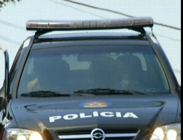 """Em """"Amor Eterno Amor"""", no carro da polícia, Solange critica Amparo por tudo o que ela fez e principalmente por ter se apaixonado pelo vaqueiro Rodrigo (7/9/12)"""